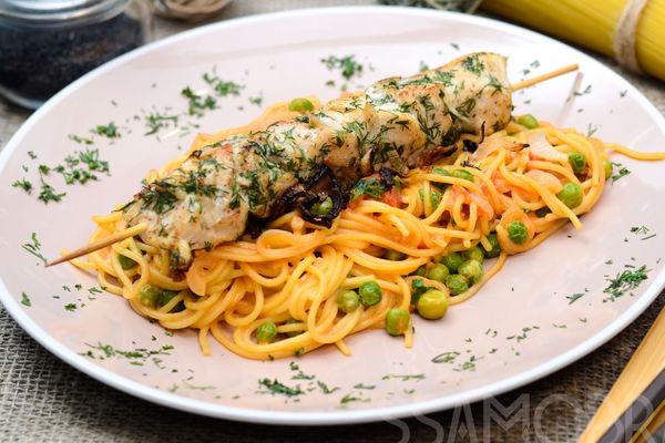 Куриный шашлык со спагетти в сливочно-томатном соусе и зеленым горошком