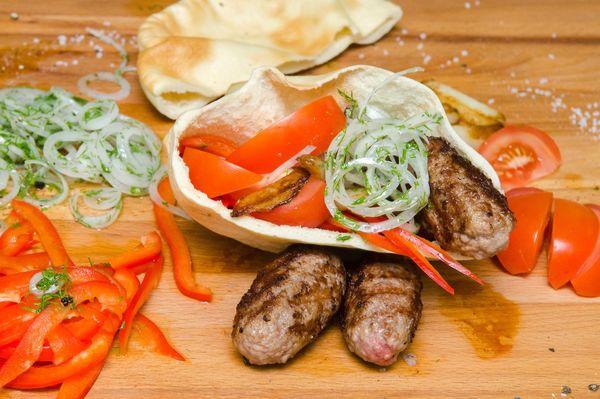 Чевапчичи (Балканские колбаски с овощами и лепешкой)