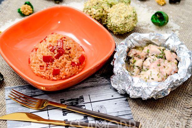 Сочная курочка, запеченная  в фольге, и японский рис с болгарским перцем, приправленный мирином и соевым соусом
