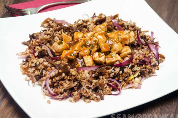 Свинина в соусе тонкацу и греча с древесными грибами и красным луком