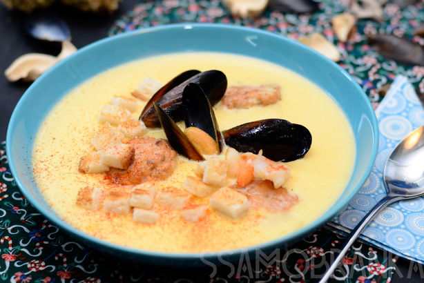 Сырный суп с черными мидиями, тигровыми креветками, красной и белой рыбой