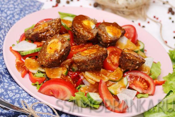 Зразы из баранины с перепелиными яйцами на свежих овощах под соусом Кимиряки