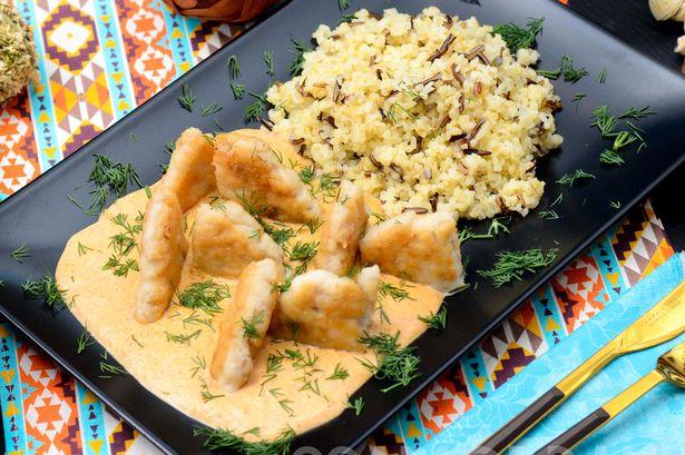 Котлетки из тилапии с соусом из болгарского перца со сливками и булгур с диким рисом