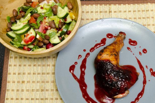 Куриный окорочок в гранатовом маринаде и легкий салат с фасолью, гранатом и мятой