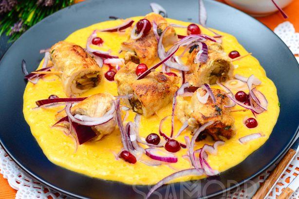 Куриные рулетики, фаршированные грибами, с кукурузным пюре и красным луком, маринованным в клюкве
