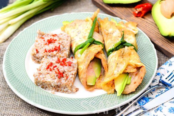 Куриный бризоль с авокадо и лаймовая греча