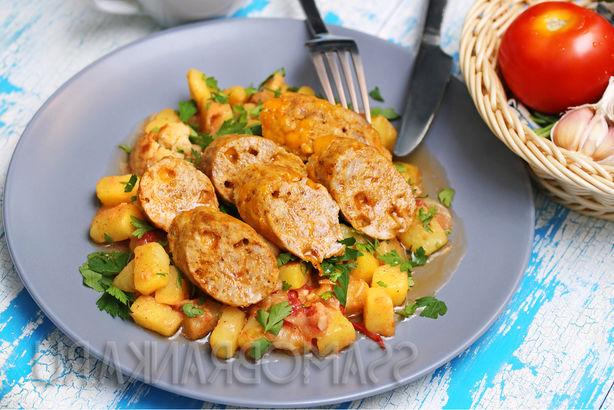 Аппетитная колбаска с сыром Чеддер по-домашнему и тушеные в томатах овощи