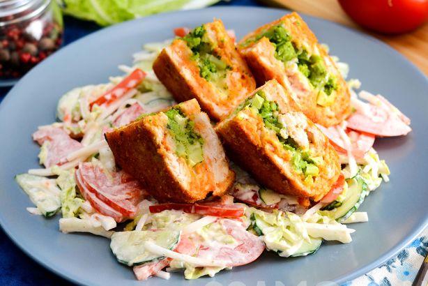 Нежная котлета из красного мяса индейки, фаршированная брокколи с сыром, и легкий салат из свежих овощей