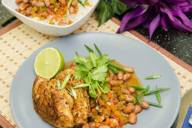 Курица в ямайской смеси специй с фасолью пинто и рисом