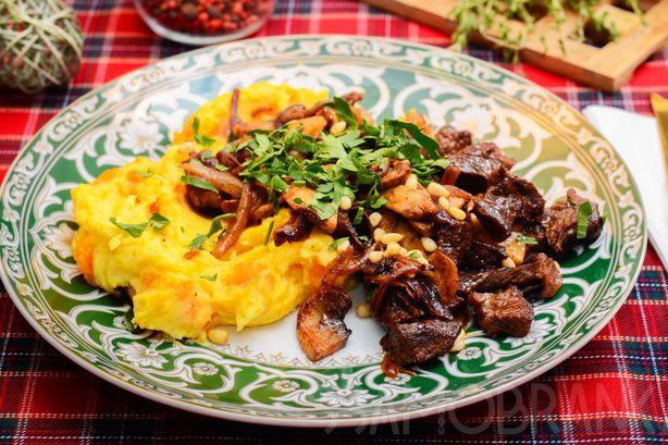 Мраморная говядина, тушеная с красным луком и сладкой паприкой, и картофельное пюре с ароматной печеной тыквой