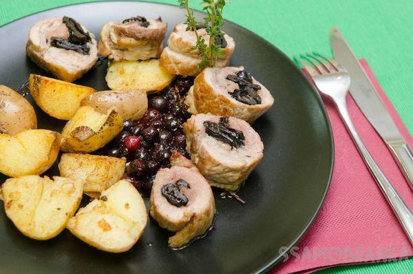 Рулет из свинины с черносливом с поджаренным картофелем и соусом из черной смородины