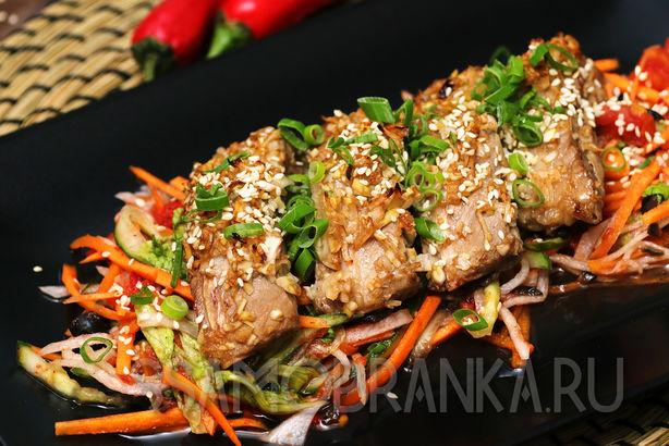 Запеченные в маринаде свиные ребрышки на овощном салате по-китайски