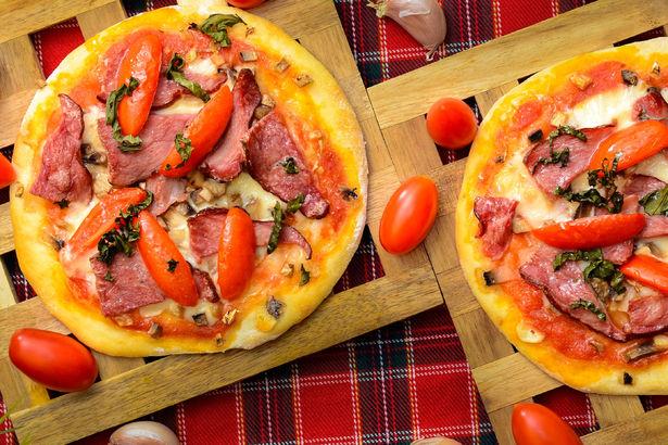 Итальянские пиццеты с копченой говядиной, шампиньонами, томатами черри и ароматным свежим базиликом