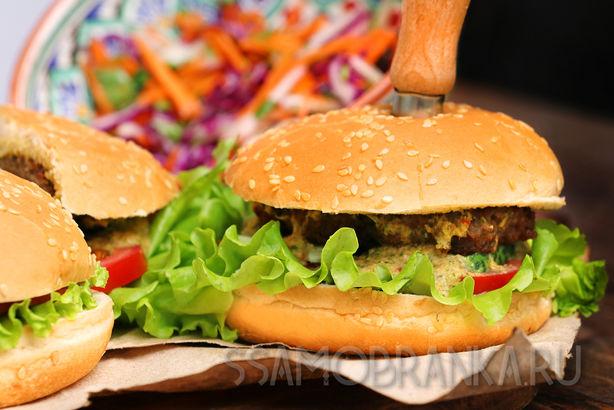 """Бургеры из баранины с пикантным соусом и салатом """"Коул Слоу"""""""