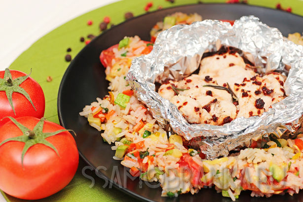 Индейка, запеченная в фольге с сушеными томатами, и жасминовый рис с овощами