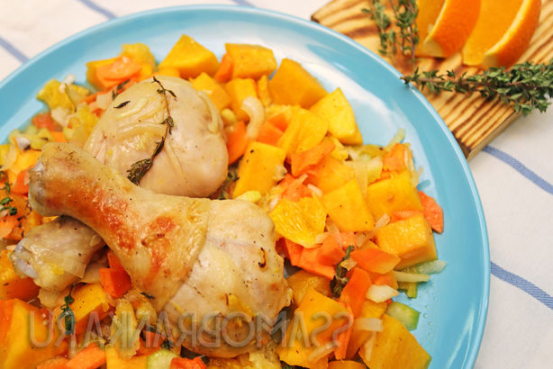 Куриные ножки с тыквой, апельсином и овощами, приправленными оливковым маслом