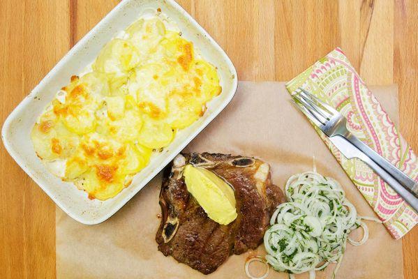 Говядина мраморная с шафрановым маслом, картофельным гратеном и маринованным луком