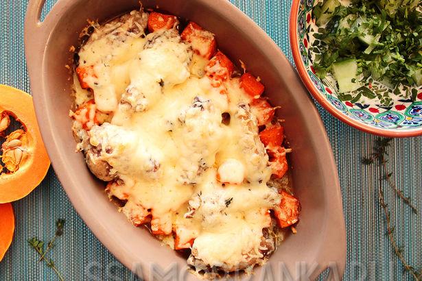 Куриные крылышки, запеченные с тыквой и тимьяном под сырной корочкой, и легкий салат из огурцов и зелени