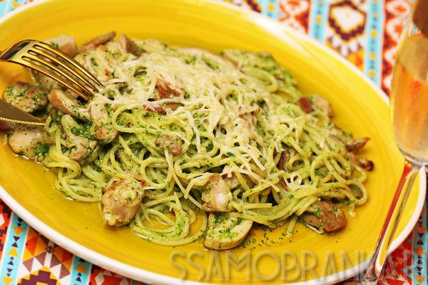 Спагетти в соусе песто из рукколы с нежной курочкой и беконом