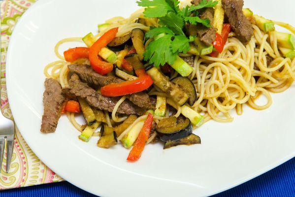 Спагетти с нежной мраморной говядиной, кабачками, баклажанами и имбирным соусом