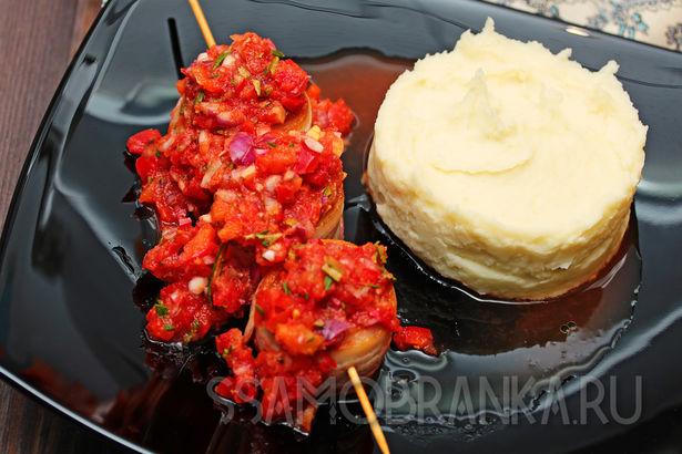 Свиная вырезка в беконе с нежным картофельным пюре и овощным соусом