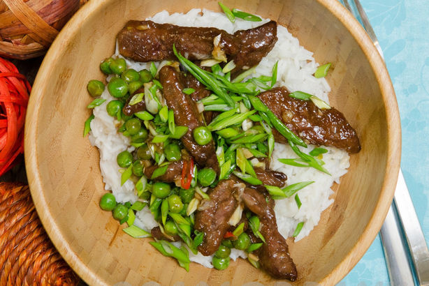 Нежная говядина с рисом жасмин и овощами в азиатском стиле