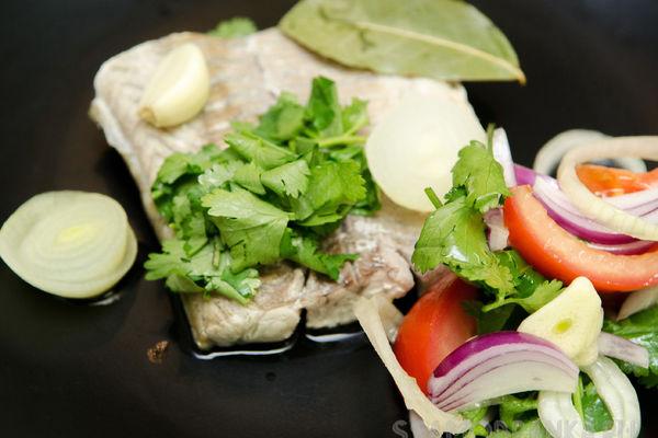 Филе сазана в соусе киндзмари с салатом из помидор и кинзы