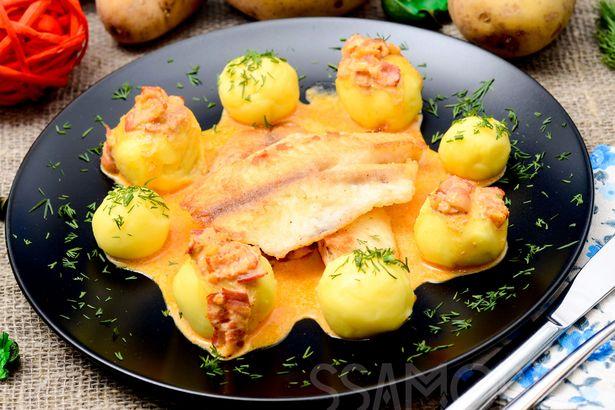 Филе тилапии и картофельные шарики под сливочным соусом с беконом