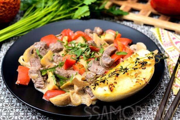 Жаркое из мраморной говядины с грибами и чесночным багетом