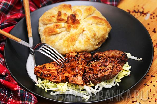 Два вида мяса, маринованного в сушеных томатах с луком, и запеченные овощи в слоеном тесте