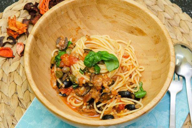 Спагетти с анчоусами, каперсами, томатами и маслинами