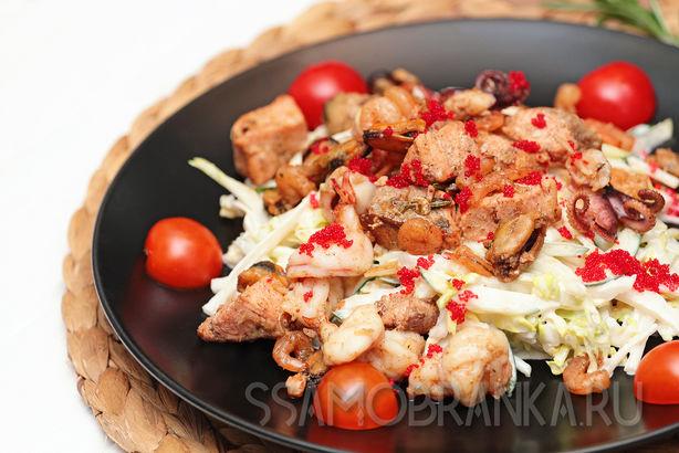 Нежный салат с форелью, мясом мидий, креветками, мини осьминогами и овощами по-французски
