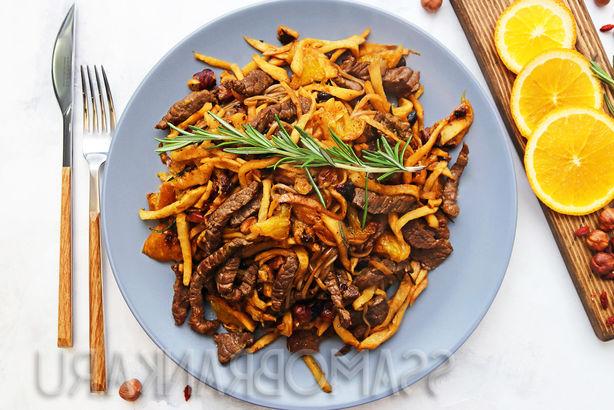 Говядина, обжаренная с ягодами годжи, фундуком и редисом дайкон, с гречневой лапшой и апельсином