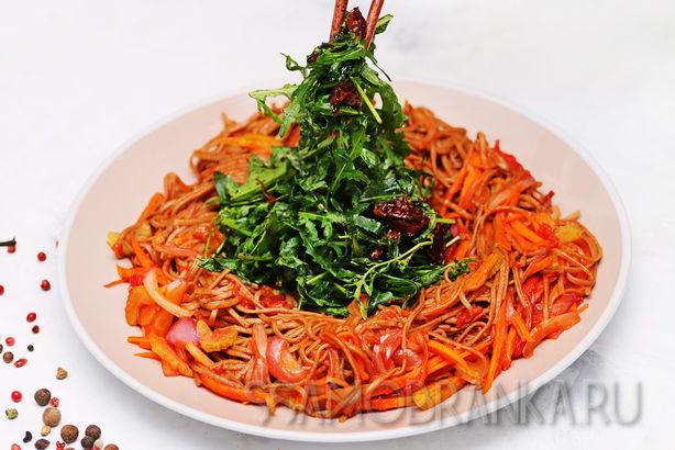 Гречневая лапша с овощами, рукколой и вялеными томатами