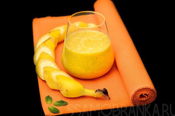 Смузи с манговым пюре, апельсиново-яблочным соком, фундуком и свежей мятой