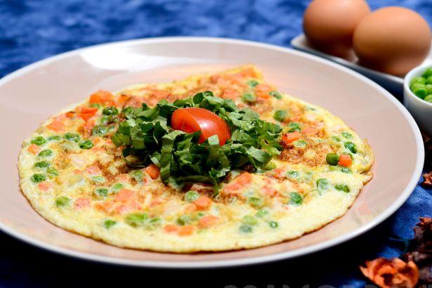 Яичный омлет с тигровыми креветками и зеленым горошком
