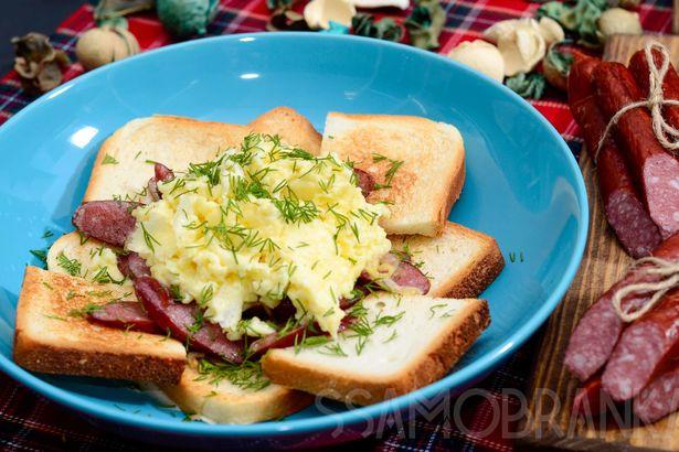 Сырный омлет-болтушка с охотничьими колбасками в сливках и хрустящие тосты