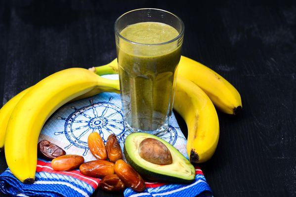 Банановый смузи с финиками, свежим шпинатом и авокадо
