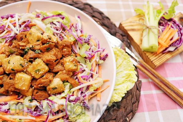 Сыр тофу и соевое мясо, обжаренные на кунжуте, и овощной салат в йогуртовой заправке