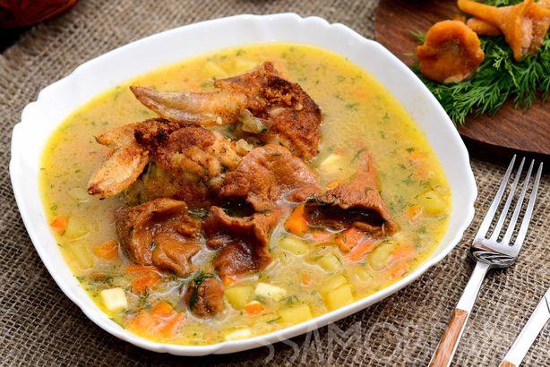 Грибной суп с лисичками и запеченными куриными крылышками без кости, фаршированными сыром