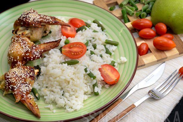 Маринованные в сливках куриные крылья без кости, фаршированные яблоками, с рисом, зеленой фасолью и томатами черри на гарнир
