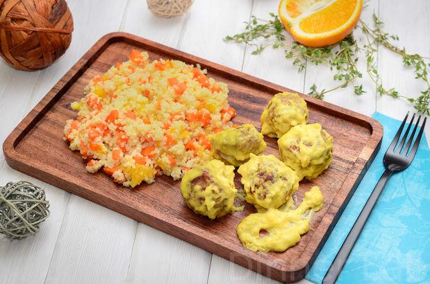 Шарики из индейки в молочно-сырном соусе и кускус с кусочками печеной моркови и апельсина
