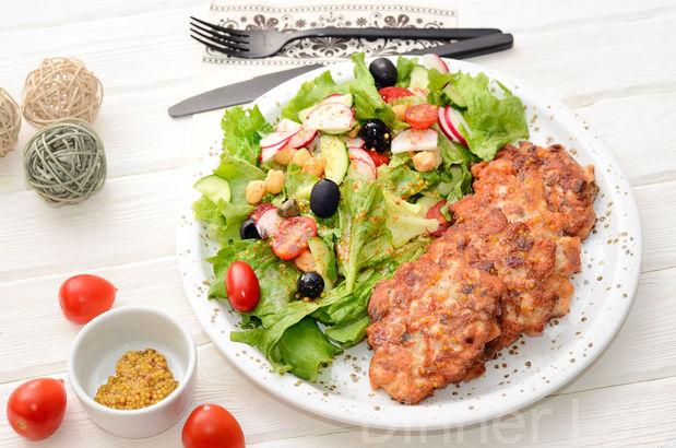 Нежные оладьи из сёмги, сырокопченого бекона и творожного сыра с овощным салатом в пикантной заправке