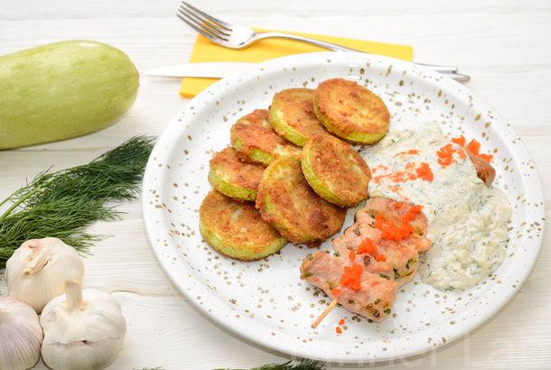 Свиные рулетики с зеленым луком и горчицей с печеными в сухарях кабачками и сырно-сметанным соусом