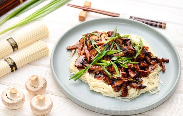 Говядина с пекинской капустой, шампиньонами и яичной лапшой в соусе хойсин