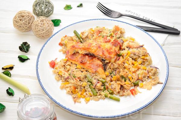 Запеченная скумбрия с сыром и беконом и рис с овощами по-тайски