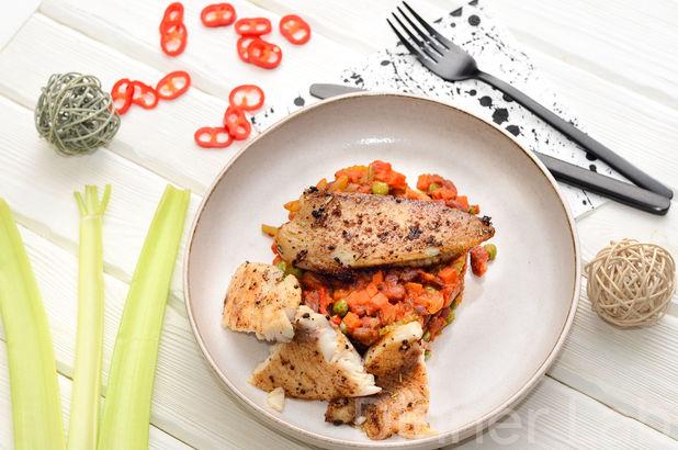 Жареное филе тилапии в смеси ароматных приправ с овощами на гарнир