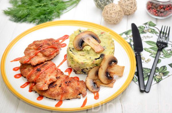 Свиные ломтики в сухарях с картофельным пюре с беконом, шампиньонами и зеленью