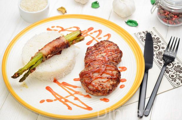 Котлеты из трех видов мяса с рисом басмати и спаржей в беконе с соусом барбекю