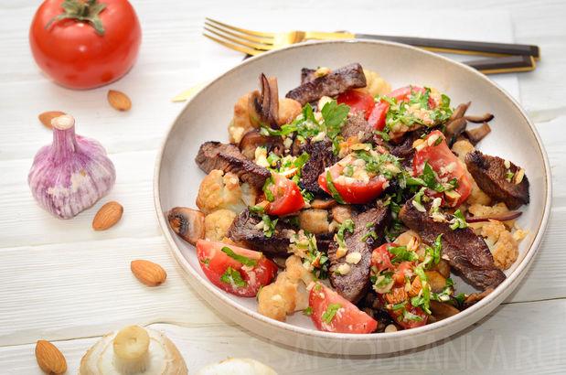 Говядина со свежими томатами, зеленью и миндалем и цветная капуста с луком и грибами